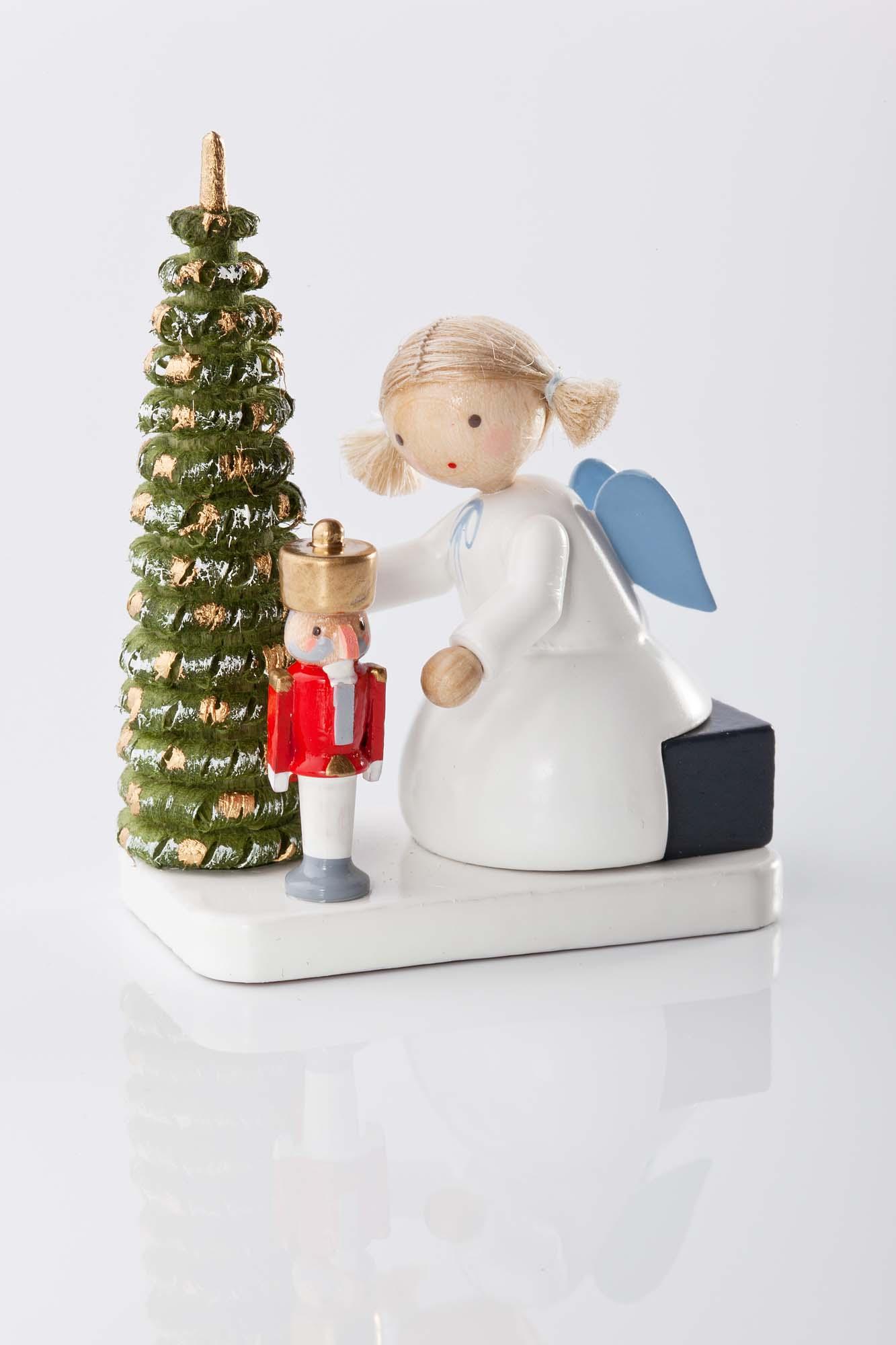 Engel mit Nussknacker am Weihnachtsbaum 6112